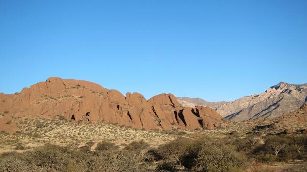 Sur la route de Colomé, les sables rouges compactés dévoilent un paysage lunaire et martien